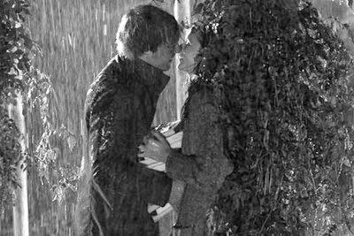 Hôn nhau trong cơn mưa