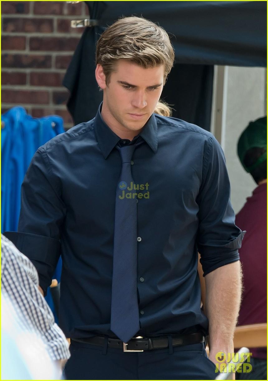 Miley Cyrus y Liam Hemsworth en el set de ParanoiaLiam Hemsworth Paranoia Suit