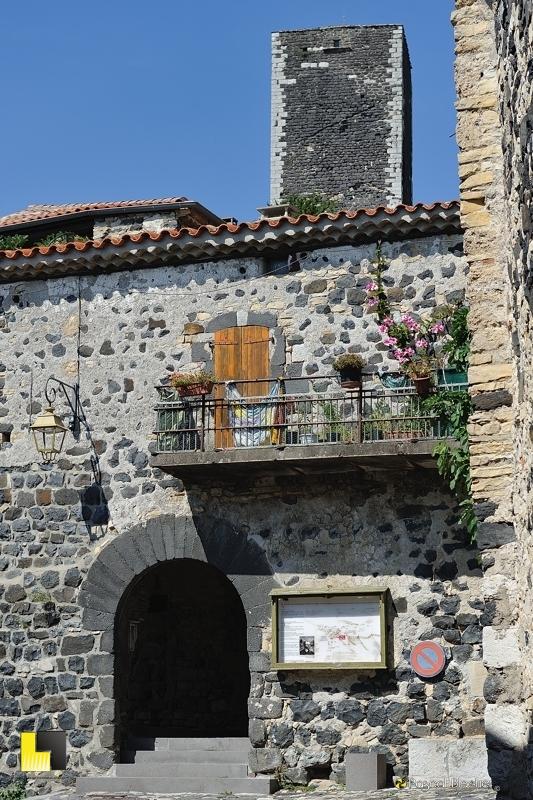 entrée du remparts intérieur de mirabel dominée par la tour photo blachier pascal