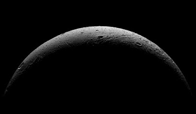Последние фото спутника Сатурна Дионы от зонда Кассини