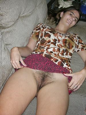 mulher levantando a saia para mostrar buceta raspada com pelinhos ralos