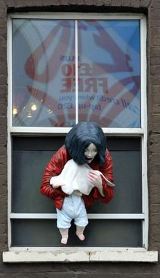 Escultura de Michael Jackson segurando filho numa janela irrita fãs na Inglaterra Michael-jackson