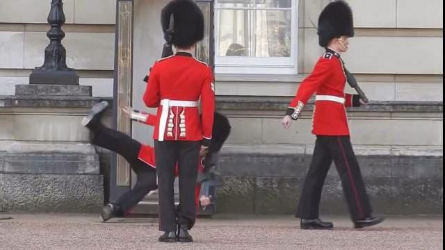 Gardes de Buckingham Palace tombe en pleine face