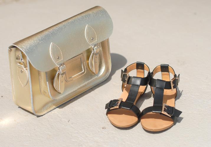 Sandalias romanas y satchel dorado en blog de moda, Barcelona.