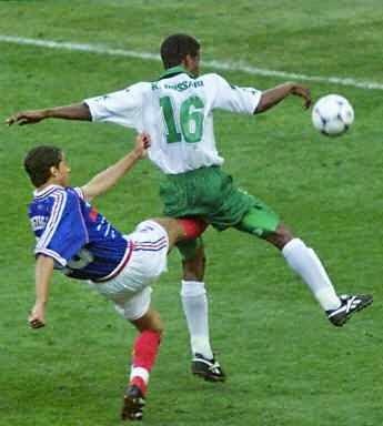 smešna slika: fudbaler dobija udarac u preponama
