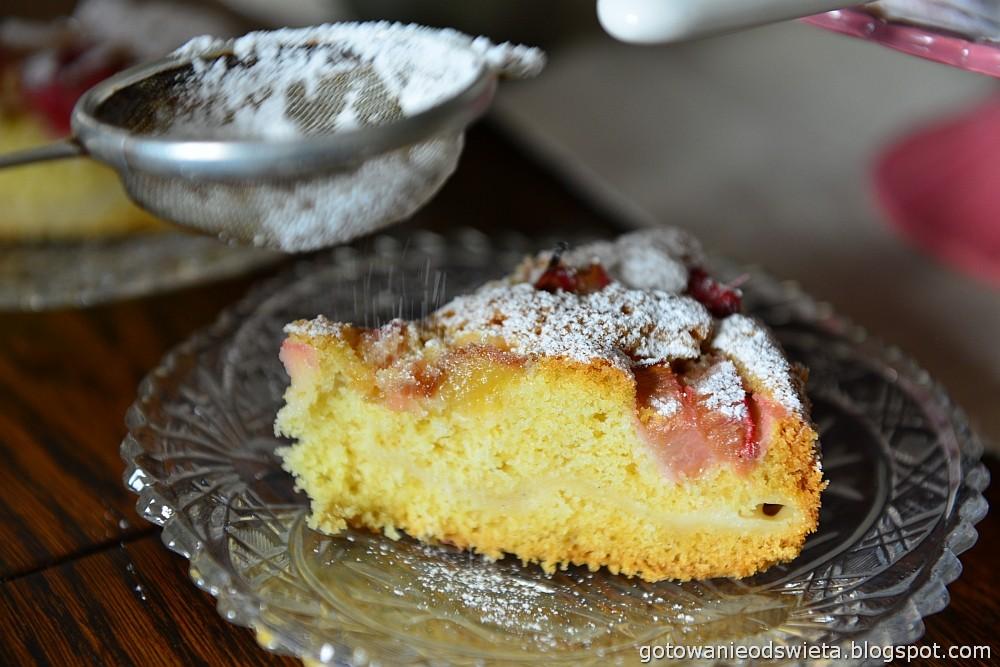 ciasto z rabarbarem i budyniem waniliowym i pudrem