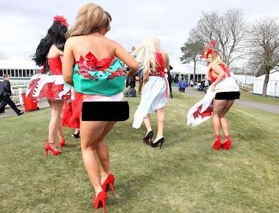 Foto: Aksi Para Gadis Seksi 'Racegoers' di Arena Pacuan Kuda Aintree | artis | unik | wanita | tips | foto | sepakbola