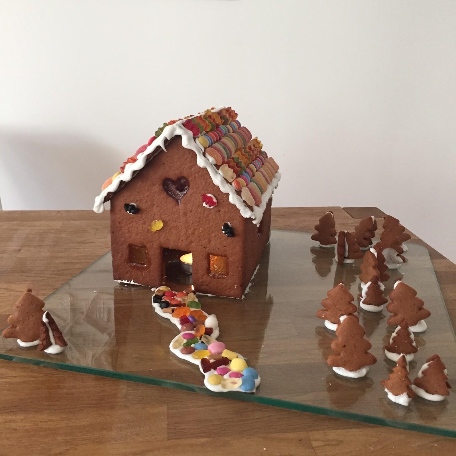 p tisserie nadine lebkuchenhaus mit buntglasfenstern. Black Bedroom Furniture Sets. Home Design Ideas
