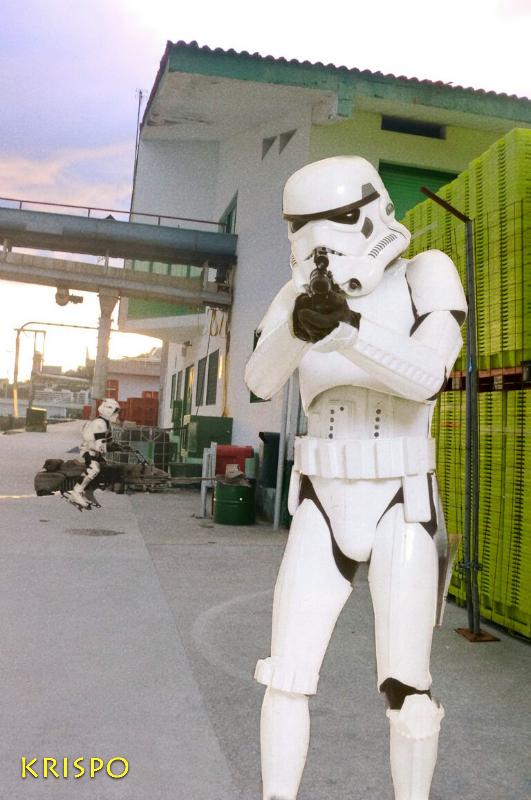 soldado clon de star wars apuntando en puerto de hondarribia