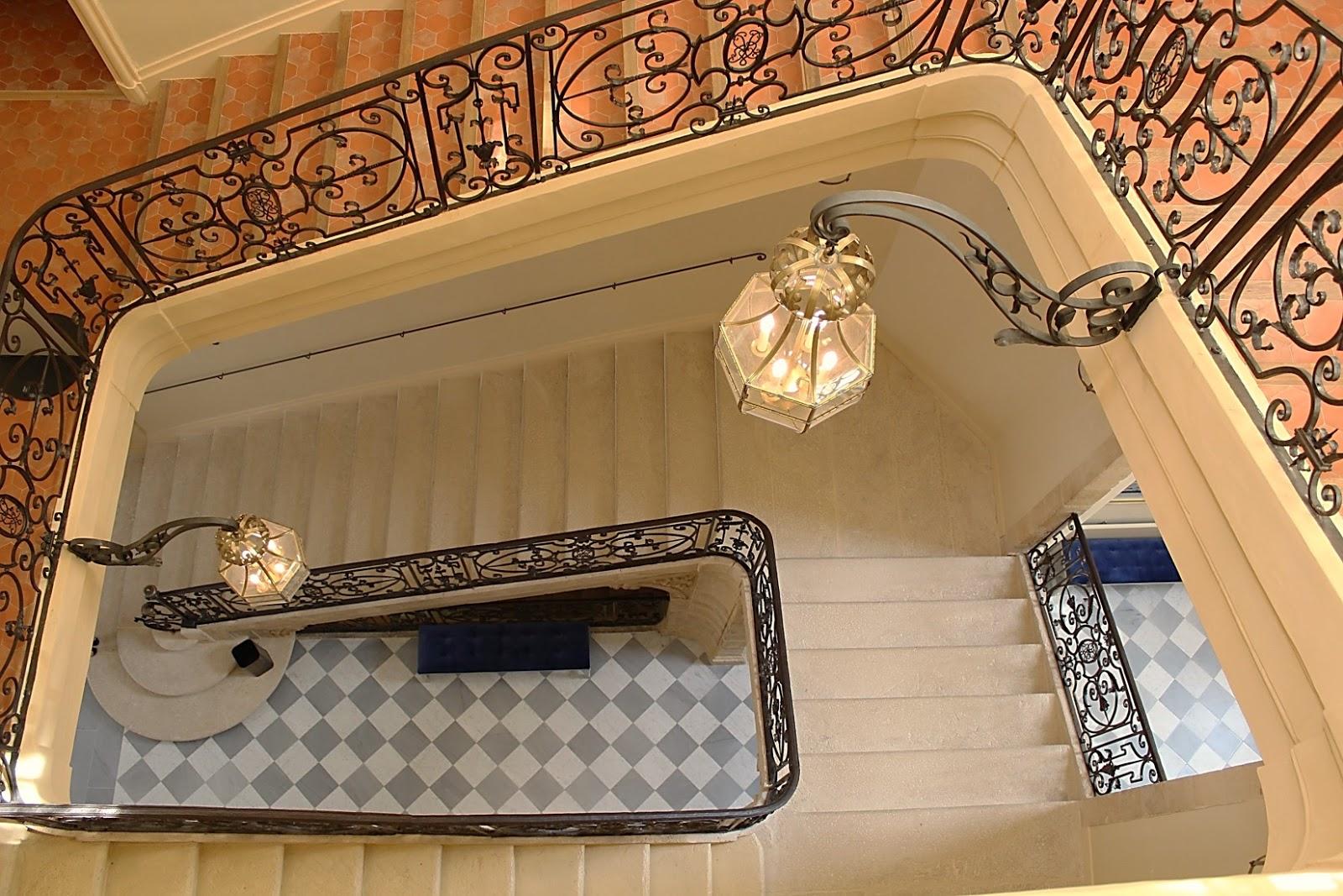 Une toile suspendue aix en provence l 39 h tel de caumont - Hotel de caumont aix en provence ...