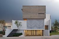 foto fachada de casa moderna con escalera a la calle