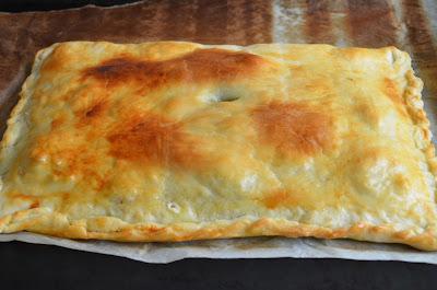 empanada de cebolla caramelizada, jamón york y queso de rulo de cabra