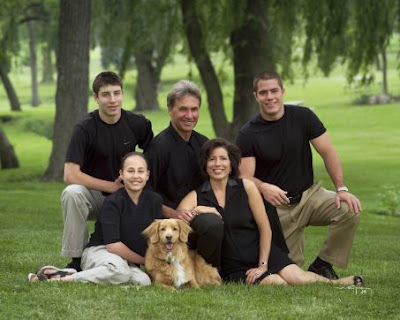 Family Portrait Poses For 5 Adults With A Large
