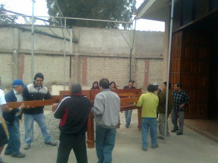 SOCIOS Y PAISANOS CARGANDO EL ANDA