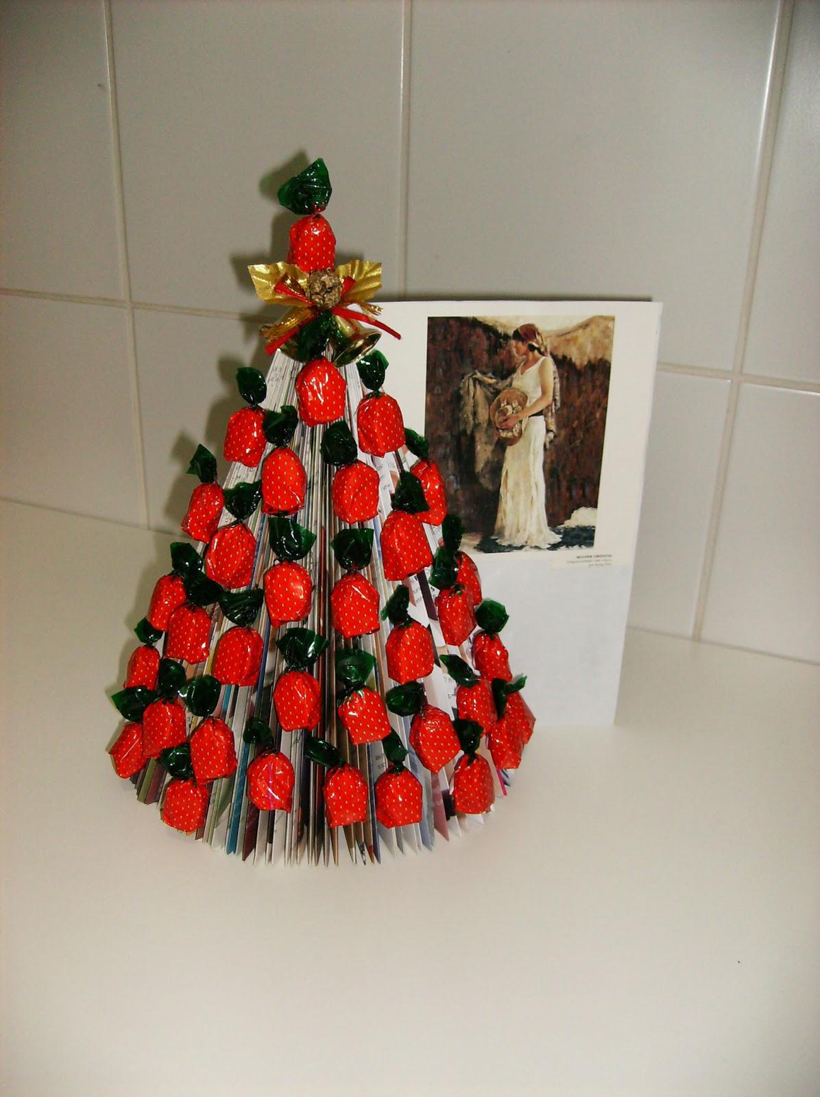 decoracao arvore de natal reciclavel : decoracao arvore de natal reciclavel:Nesta árvore foi utilizada uma revista velha com as folhas dobradas e