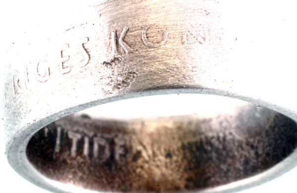 Guldsmed som smider om ett mynt till en ring.
