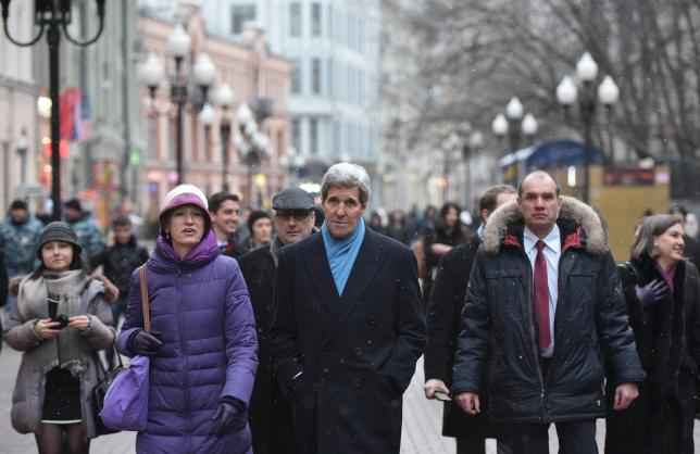 Kerry takes a stroll down Moscow's Arbat Street (Video)