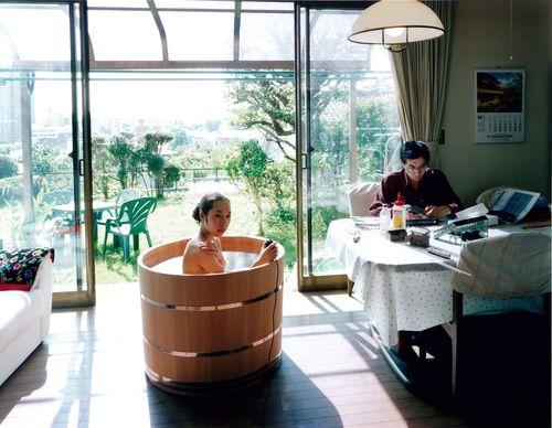 Baño Inteligente Japones:Autorretrato de un fotógrafo tomando baño en lugares inusuales y