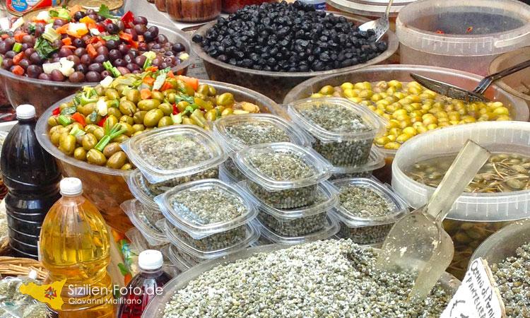 Kapern und Oliven auf dem Tagesmarkt
