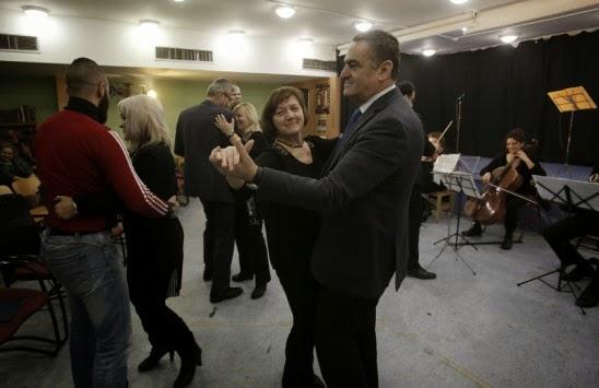 Ο υπουργός Δικαιοσύνης χόρεψε βαλς στην... πίστα των φυλακών Αυλώνα! (ΦΩΤΟ)