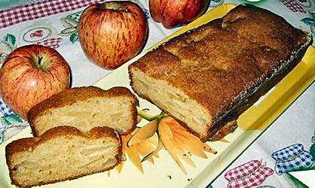 Lekker en eenvoudig recept om appelcake te maken met bloem, bakpoeder, eieren, boter, suiker, honing en appels: door mekaar mengen en bakken in de oven