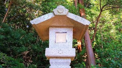 人文研究見聞録:伊勢神宮の石燈籠(菊花紋章と六芒星の謎)