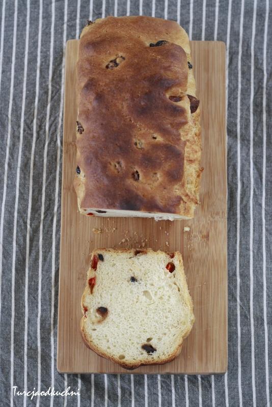 Cypryjski chleb z serem hellim (halloumi) oliwkami i papryka chilli