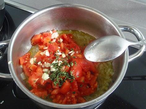 Elaboración de los puerros con tomate