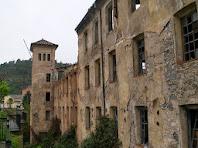Detall de la façana de migdia i de la torre de l'angle sud-oest de la Fàbrica Vella