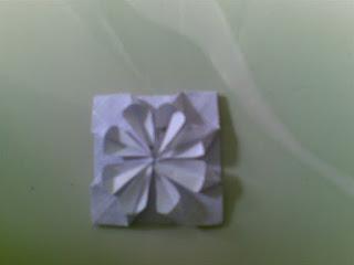 Cara membuat bentuk bunga menggunakan kertas origami