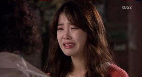 IU khóc nức nở vì bị lừa dối