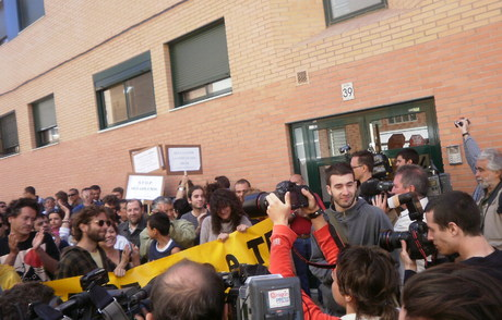 Vivienda joven zaragoza una familia desahuciada negocia for Bankia oficinas zaragoza