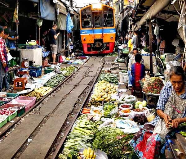 2. मैकलॉन्ग मार्केट रेलवे, थाईलैंड (Maeklong Market Railway, Thailand)