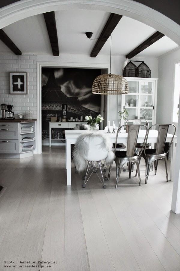 matsal, matsalen, matbord, matgrupp, matstol, matstolar, soomkai lampa, korglampa, långhårigt fårskinn, isländskt skinn, plåtstol, plåtstolar, kök, köket, kökets, hth, fototapet, mr perswall, avlastningsbord