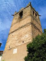 El campanar de tres pisos separats per dos frisos amb decoració geomètrica molt erosionada