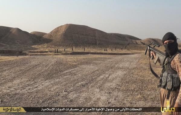 Conflcito interno en Irak - Página 6 ISIS%2Bfighter%2Bwith%2BSteyr%2BAUG%2Bin%2BIraq%2527s%2BDiyala%2Bprovince%2B1