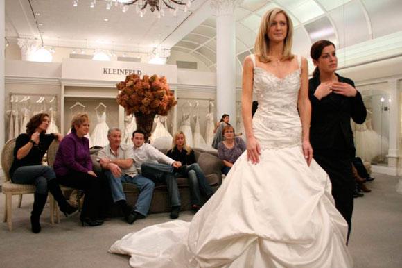Pide que te acompañen a elegir tu vestido de novia