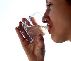 فوائد شرب الماء عند الاستيقاظ
