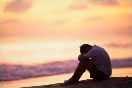 Hình ảnh chàng trai buồn gục đầu bên biển