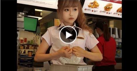 شاهد ماذا تفعل فتاة حسناء تعمل بماكدونالدز بجمالها الصارخ لكى تجذب الزبائن