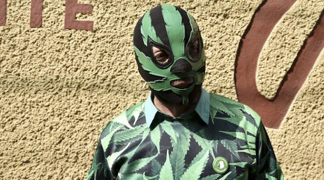 Pakai Kostum Daun Ganja, Pria Ini di Tahan Polisi