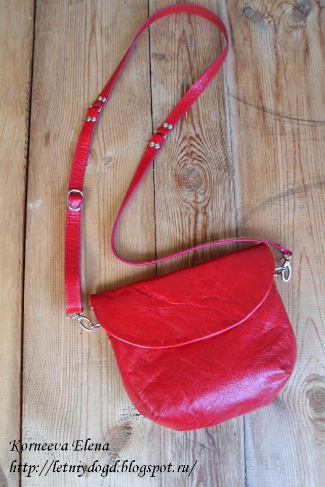маленькая кожаная красная сумочка