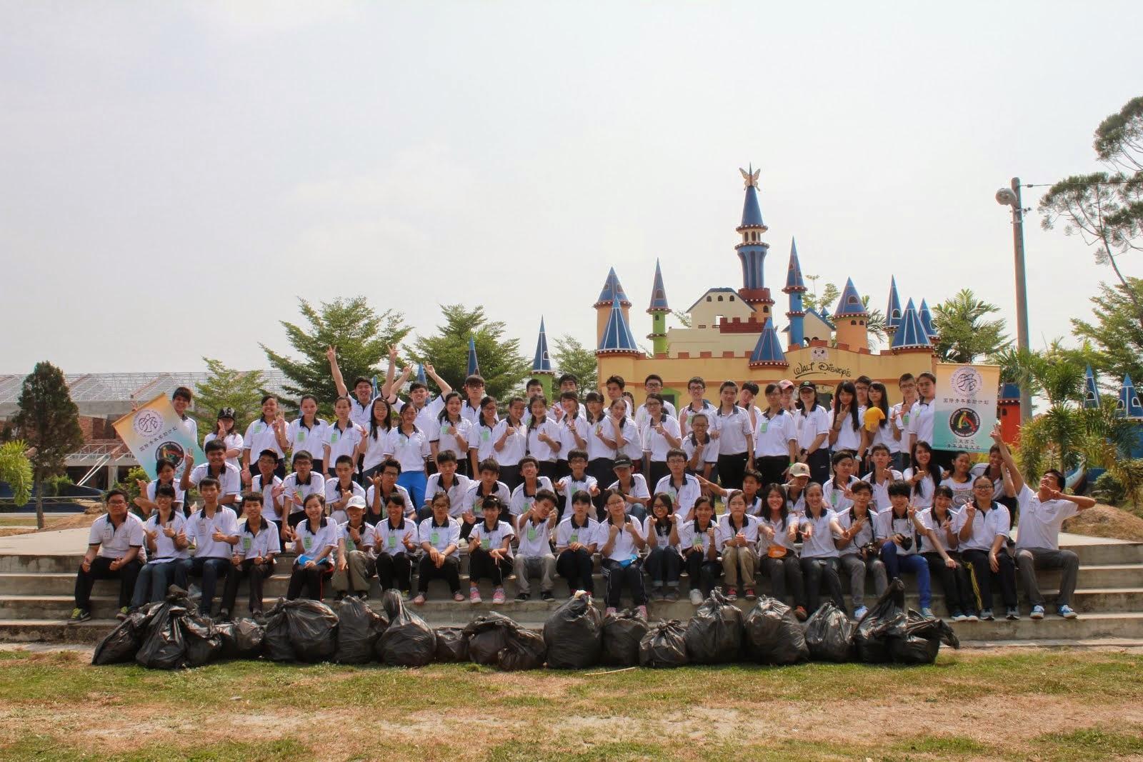 卓越青年参与捡垃圾社区服务 7月/2014