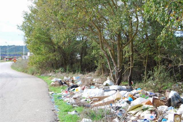 Σκουπιδότοπος δίπλα στο δρόμο Βόνιτσας – Λευκάδας
