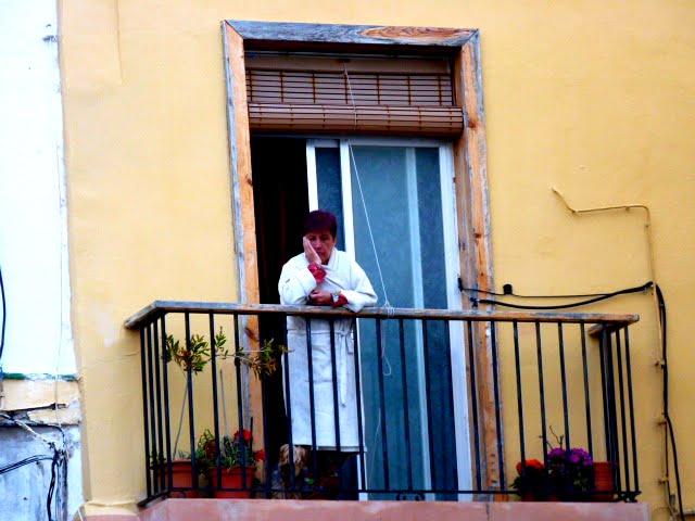 Mujer en el balcón encima del callejón del pirata