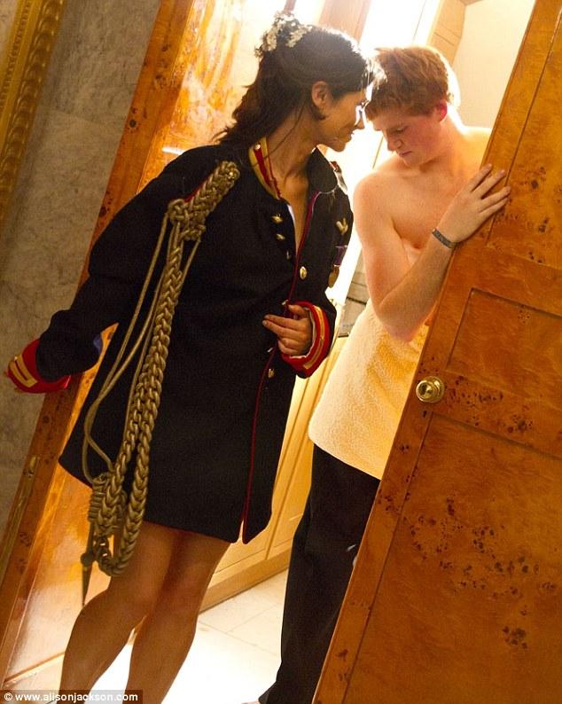 Foto Mesra Pangeran Harry Pegang Bokong Pippa Middleton