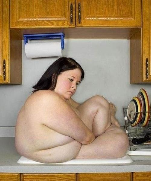 Mujer gordita metida en fregadero de cocina. WTF