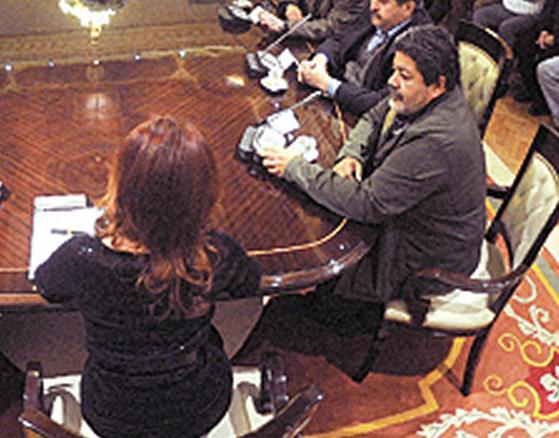 CFK, con G. Martínez a su derecha