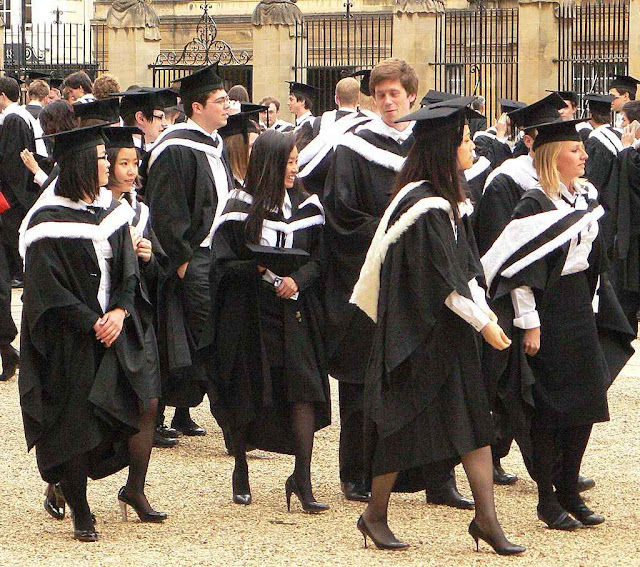 Na Universidade de Oxford: uniforme acadêmico nas datas importantes.