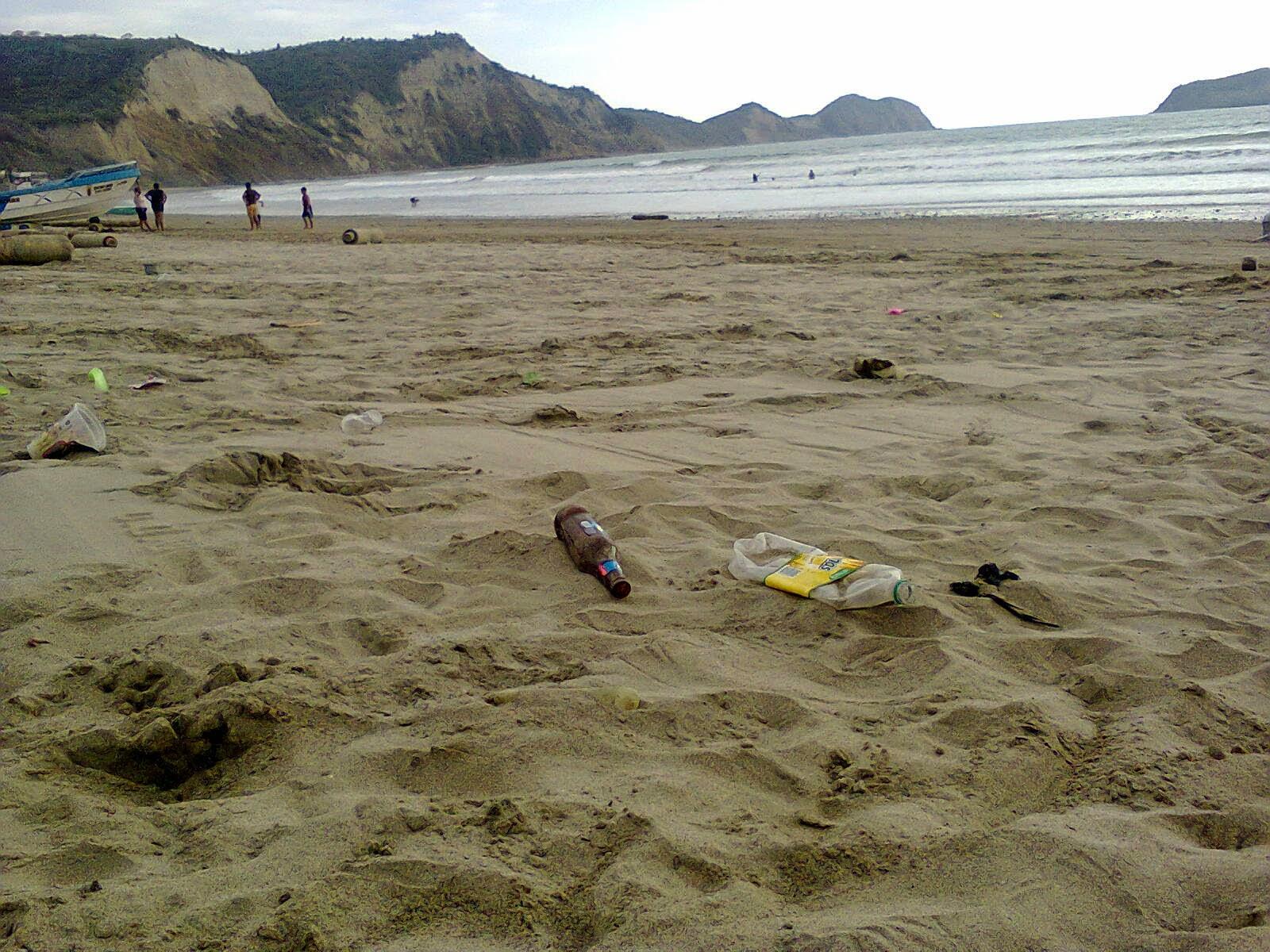 Las botellas y otros desechos dañan el paisaje de Puerto Cayo